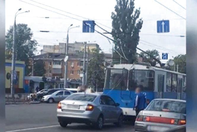 На ринку «Урожай» водій на «Шкоді» врізався у тролейбус: відео за вівторок