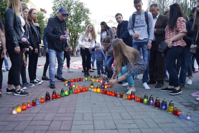 Запалили лампадки за понад тисячею вінничан, які померли від СНІДУ