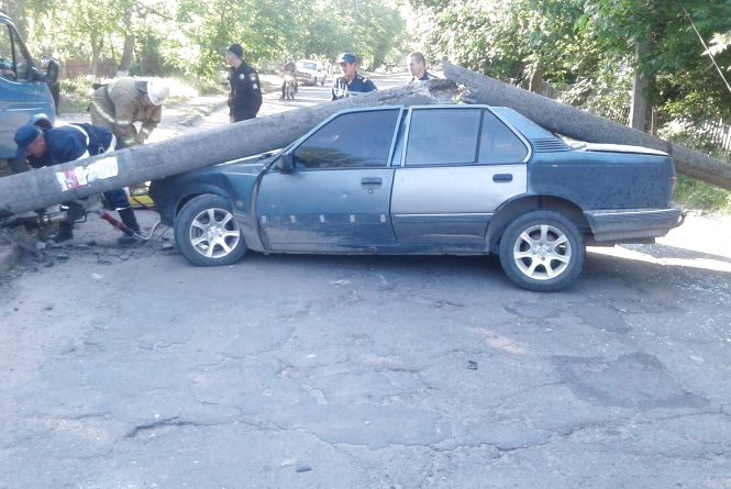 У Могилів-Подільському бетонний стовп впав на авто, яке у нього в'їхало