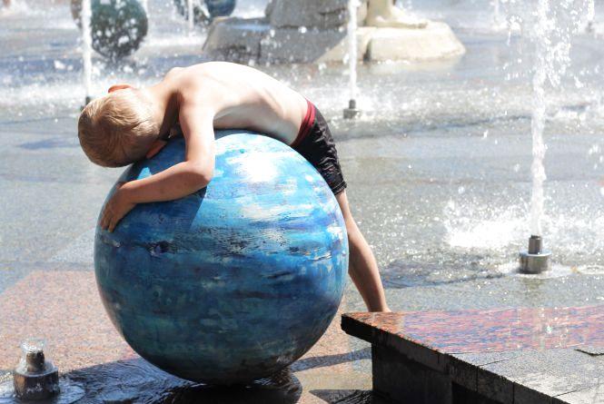 Дозвілля маленьких і дорослих вінничан на «сухому» фонтані (ФОТО ДНЯ)