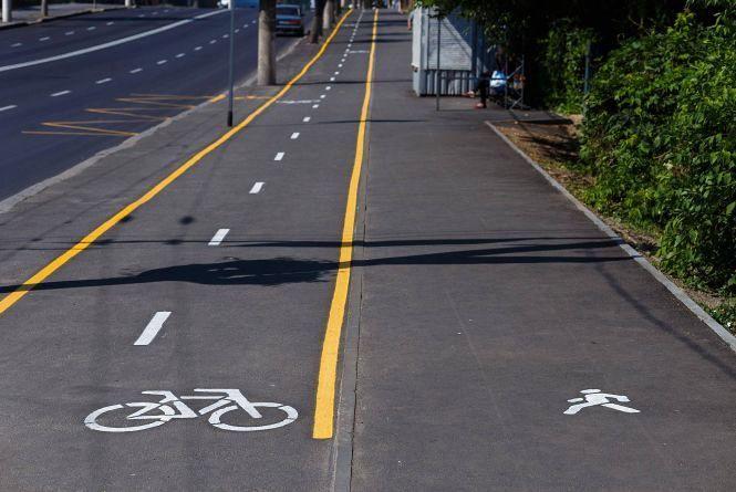 На Київській з'явилася перша велодоріжка з жовтою розміткою