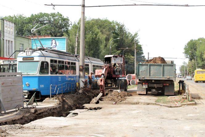 Реконструкція Замостянської: зрубали останні дерева та привезли плити для трамваїв