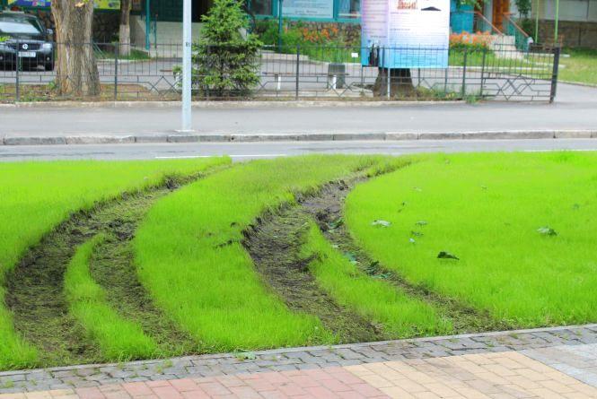 На проспекті Космонавтів водій розвернув авто через тротуар та зіпсував газон
