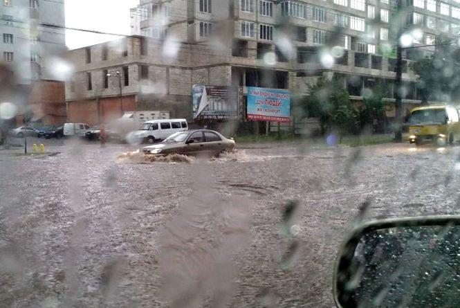 Вулиці-річки та повалені дерева: злива у Вінниці у фото та гіфках