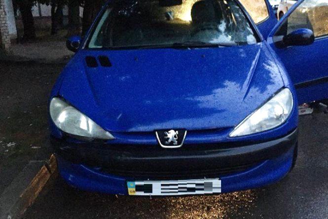 На Келецькій п'яний чоловік вкрав Peugeot та протаранив ним припаркований Volkswagen