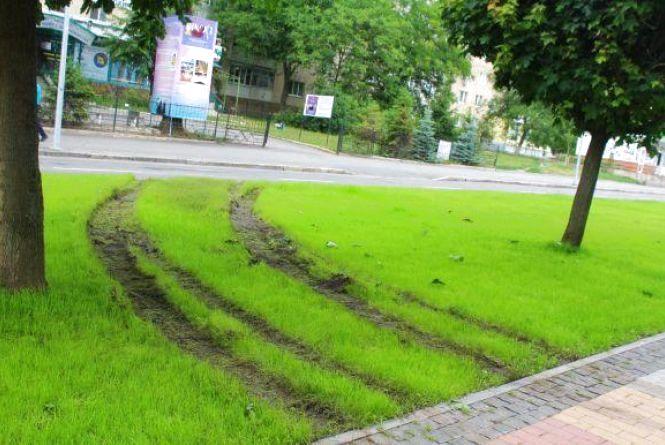 Пошкоджений газон на Космонавтів: з'явилося відео, де видно автомобіль порушника