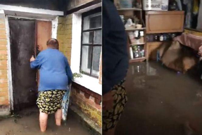 Води по коліна: на Тяжилові затопило будинки. Дісталося й Старому місту