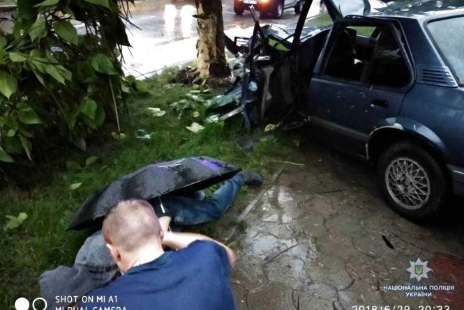 Моторошна ДТП: водій Opel збив жінку та врізався в дерево. Четверо — у лікарні