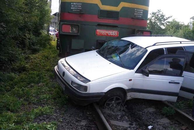 У Вінниці Volkswagen Passat потрапив під потяг