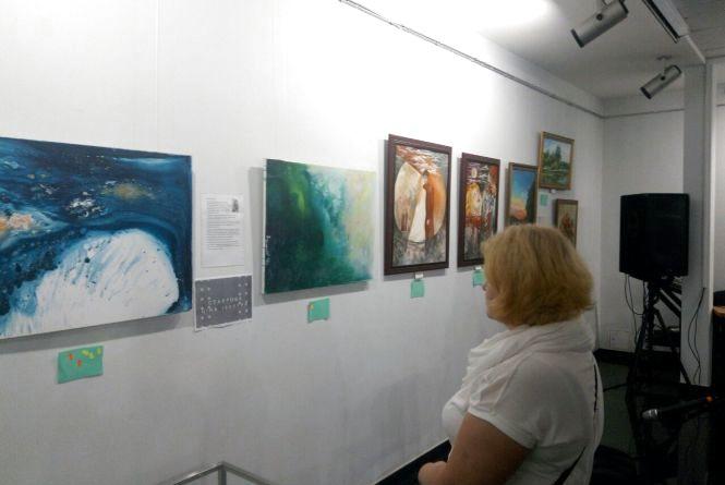 Як молоді художники на виставці-аукціоні свої картини продавали