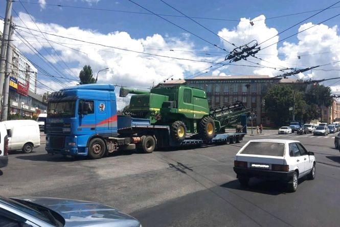 Замостя поринуло у затор. Вантажівка, що перевозила комбайн, обірвала тролейбусні електролінії