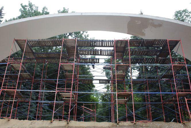 Під Аркою звели риштування. Вхід у Центральний парк закритий на ремонт