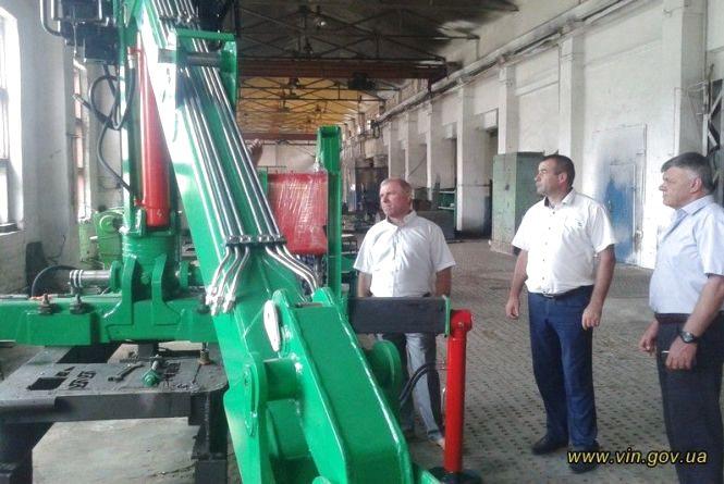 На Вінниччині завод розвиває виробництво сміттєвозів та кранів-маніпуляторів