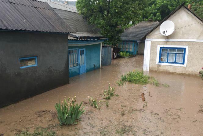 У Могилів-Подільському дощовою водою затопило три оселі