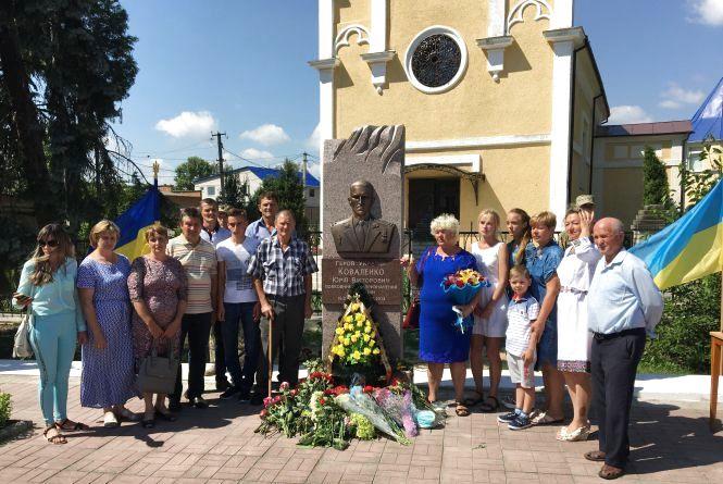 Пам'ятник спецназівцю  Коваленку відкрили донька і побратими – У Бершаді вшанували Героя України