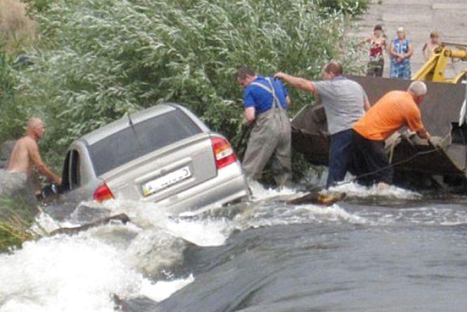 На Вінниччині сім'я відпочивала на річці. Як втопився Оpel, ніхто не знає