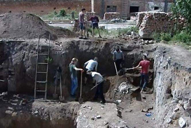 Продовжили розкопки у «Мурах»: археологи знайшли старовинні монети й посуд