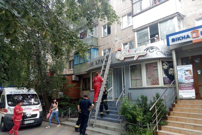 На Вишеньці з четвертого поверху на перукарню «Вікторія» випав вінничанин
