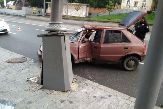 ДТП на Соборній: водій «Шкоди» врізався у стовп. Троє постраждалих