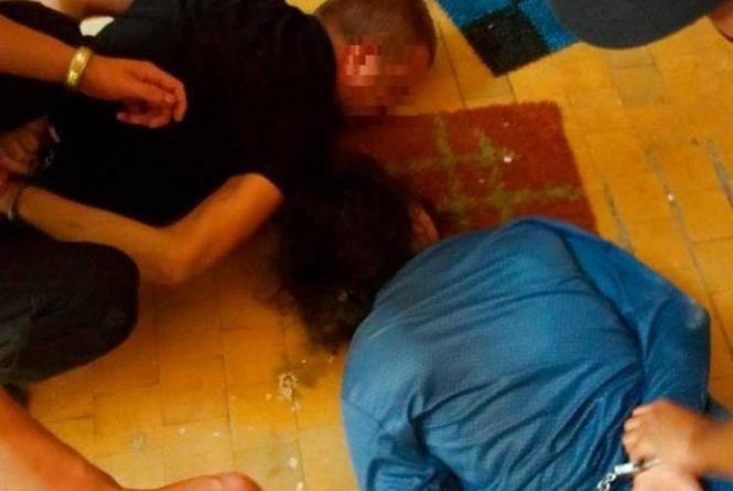 524b974d4b62d4 Обличчям на підлогу: п'яні чоловік та жінка порвали копам одяг і подряпали  руки