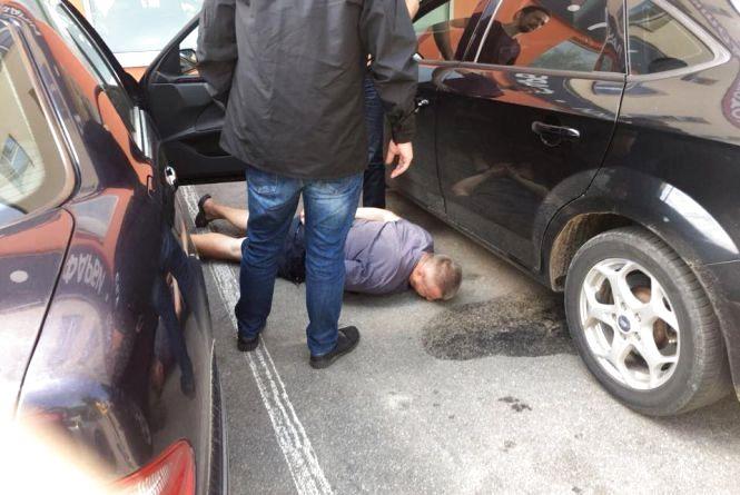 Жмеринського прокурора взяли з 6000 доларів. Його спільник по хабару – водій