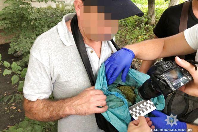 По Вишеньці гуляв 45-річний чоловік з пакетом коноплі та амфетаміном