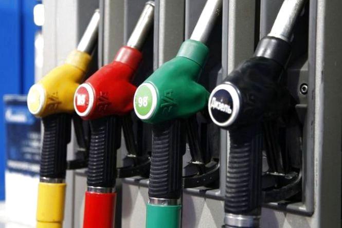 В Україні через девальвацію гривні подорожчає бензин