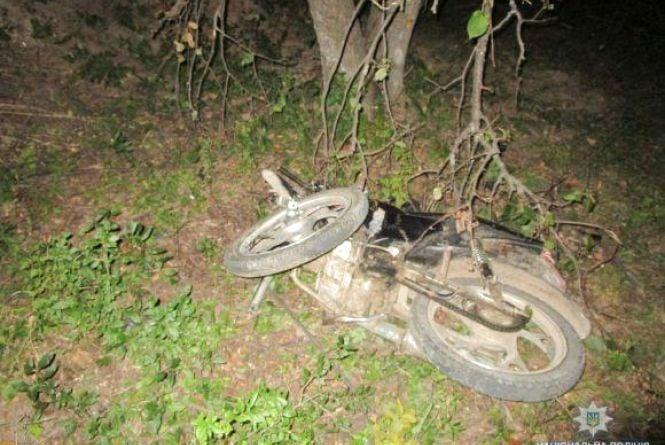 ДТП біля Якушинець: вночі підлітки на мопеді врізалися у камінь. Троє постраждалих