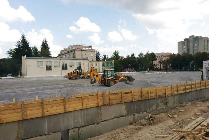 На Хмельницькому шосе продовжують будувати футбольне поле