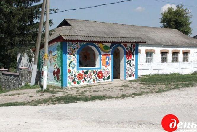 На Вінниччині розмальовують в українському стилі сільські зупинки