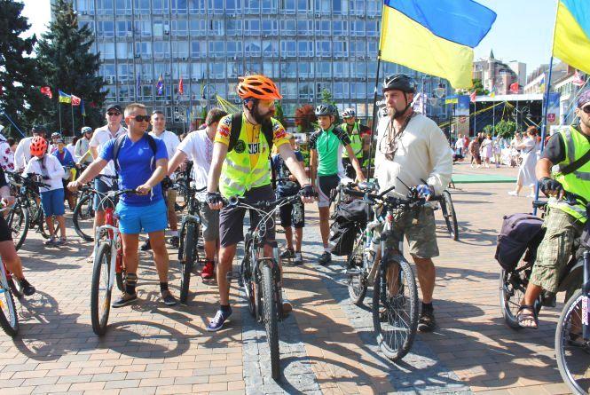 До Дня Незалежності вінничани у вишиванках проїхалися містом на велосипедах