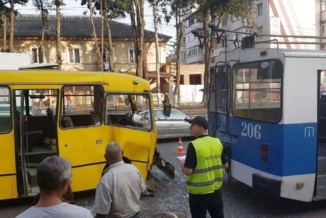 На Ватутіна не розминулись маршрутка та тролейбус