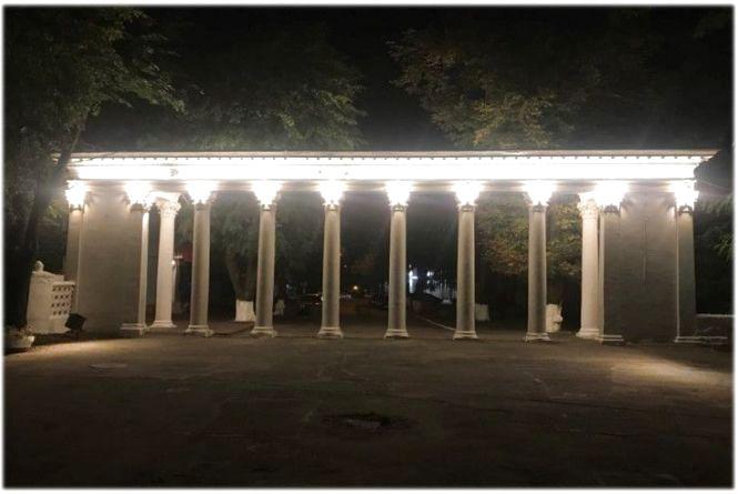 Дві арки входу до Центрально парку засвітилися білим кольором