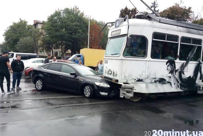 На Хмельницькому шосе водій «Форд» врізався у трамвай. Відео за середу