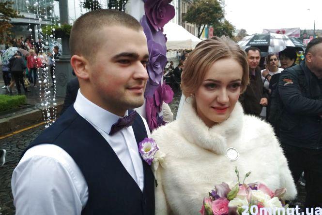 Весілля під дощем та люди з парасольками: яскраві фото з Дня міста