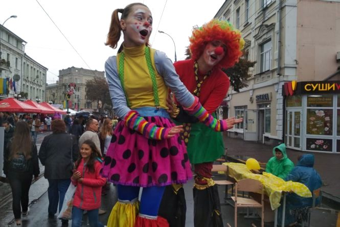 День міста: малеча стріляла з рогатки та розважалася з аніматорами на ходулях