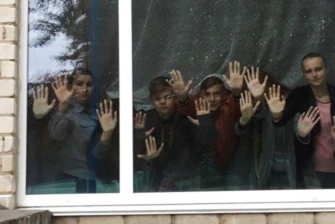 Дивна акція в школах. Заради чого діти під час уроку стояли мовчки біля вікон