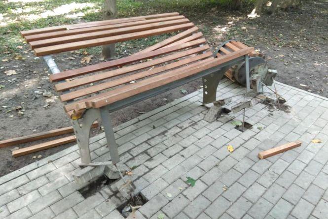У парку Дружби народів невідомі поламали лавку та урну