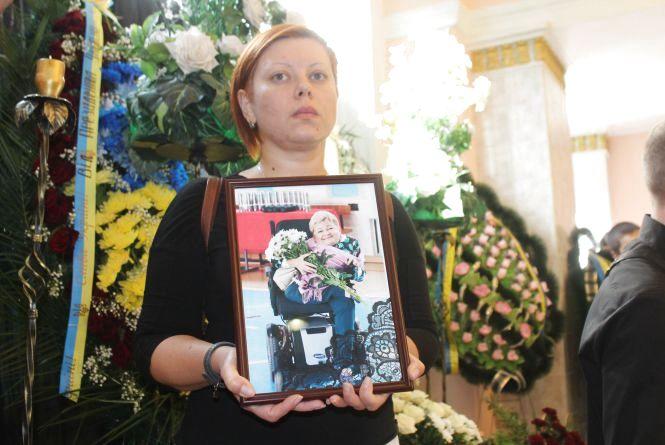 «Я Вінницю ніколи не покину!» Вінничани ставали у чергу, щоб попрощатися з Раїсою Панасюк