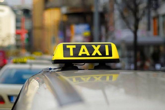 Секс в такси на площади