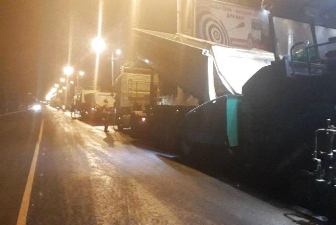 Вночі ремонтують Гніванське шосе. Що там роблять вінницькі дорожники?