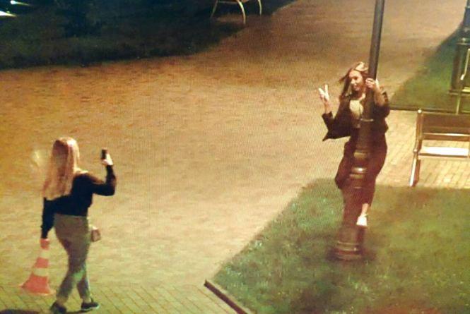 Нічні селфі: дівчинка вкрала конус з парковки за вінницькою мерію