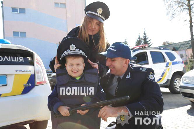 Копи зробили екскурсію для хлопчика, який бореться з онкозахворюванням