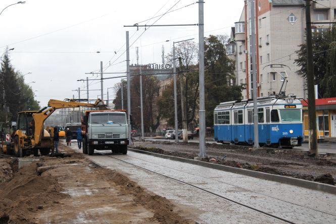 Реверс трамваїв та нові котловани. Ремонт Замостянської триває навіть у дощ