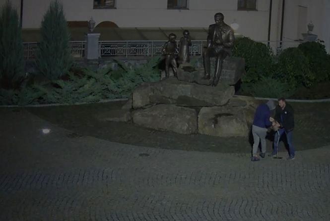 Нічні селфі: п'яні чоловіки вирвали «з м'ясом» ліхтарі біля Кобзаря (ВІДЕО)