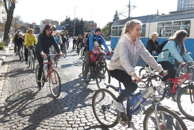 День вчителя у Вінниці відзначили масовим велопробігом