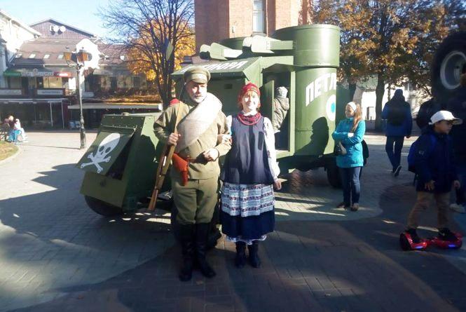 У центрі міста стоять військові броньовики минулого століття