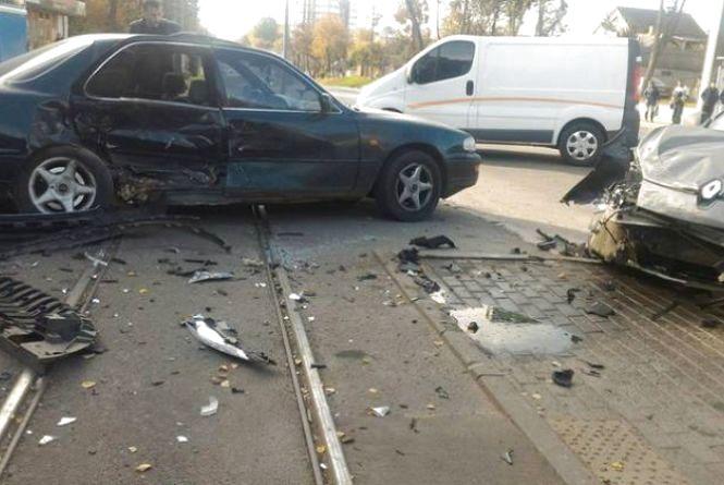 ДТП біля трамвайного депо: водії іномарок паралізували рух. Відео за понеділок