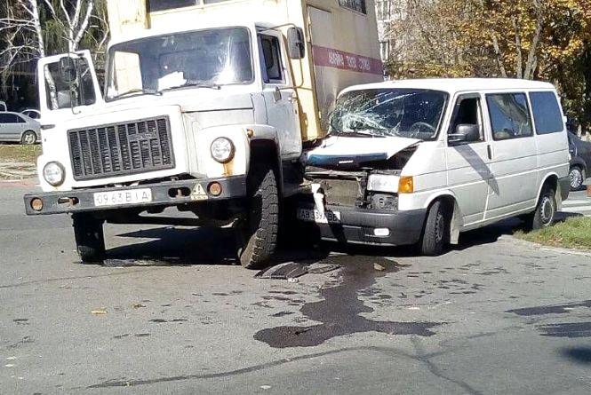 """ДТП по Юності: водій """"Аварійної газової служби"""" врізався у бус Volkswagen"""