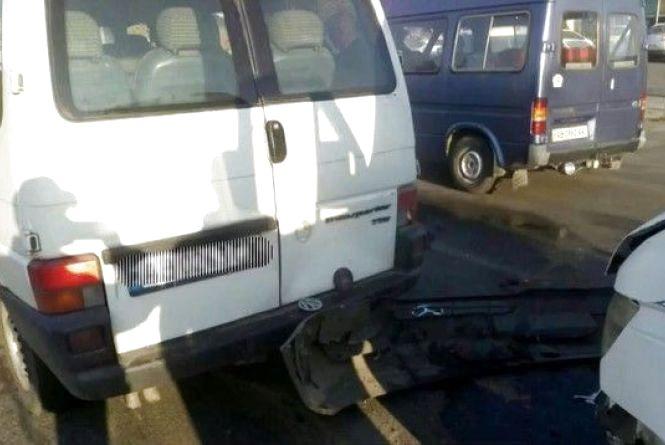 На вулиці Київській водій маршрутки зіткнувся з автівкою. Відео ситуаційного центру за вівторок